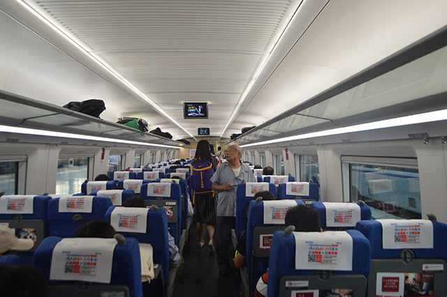 新幹線の中は日本とほとんど変わらない。ちなみに社内アナウンスのチャイムが東武線で使われている発車メロディと同じものだった。