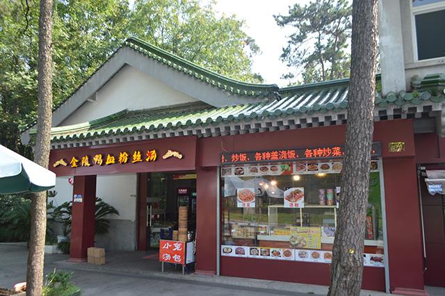中華料理屋でしかない店構え。正真正銘の中華料理屋なので間違いはないのだが「いかにも」すぎて戸惑う。
