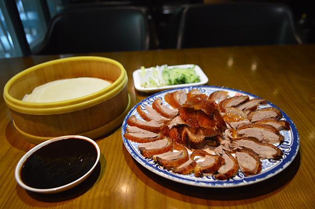日本でもお馴染みの北京ダックセット。完全にみんなでワイワイしながら食べる量だ。はなからパーティメニューじゃないか。