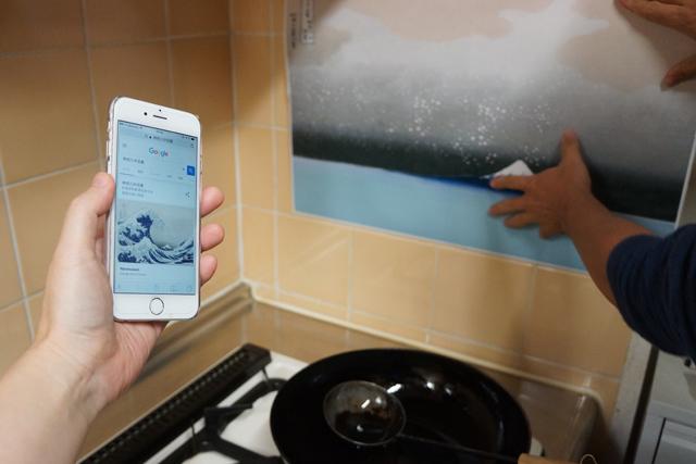 だいたいの位置を原画と比較しつつ、台所の壁に先ほどの絵を貼る。