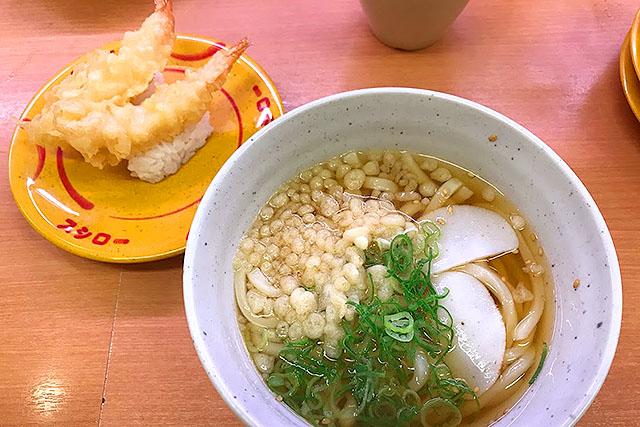 かけうどんと言いつつ揚げ玉が入ってます。大阪の会社なので、揚げ玉っていうか天カスはタダって認識なのでしょう。