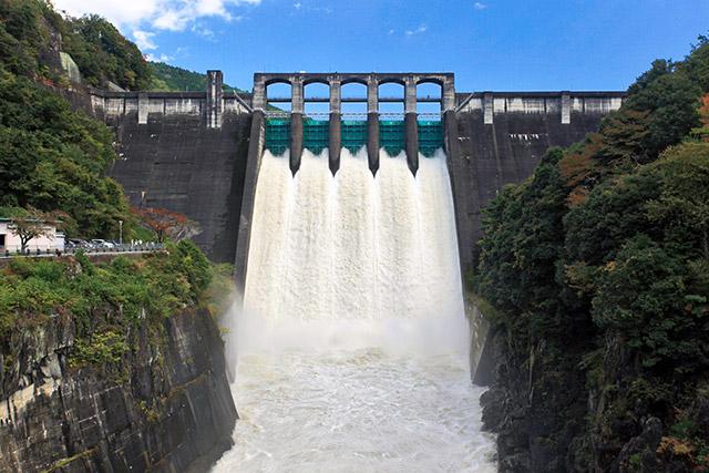 10月下旬に台風が来た翌日、ダムに行ったら放流していた。これは岐阜県の丸山ダム