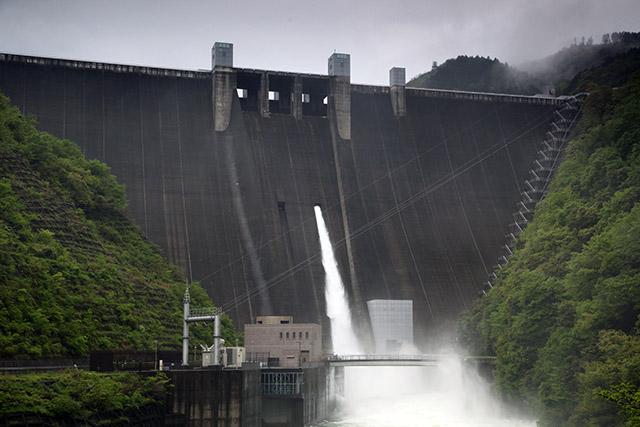 こちらは大雨で洪水調節真っ最中の神奈川県の宮ヶ瀬ダム