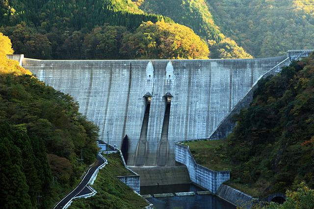 本体がそのまま水が乗り越える全面越流型の島根県の志津見ダム