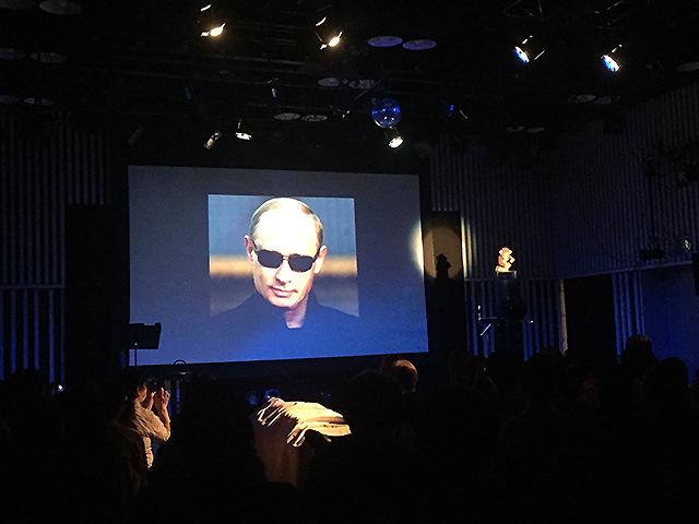 ライブの冒頭でプーチンからのメッセージが流れる(もちろん茶番である)。
