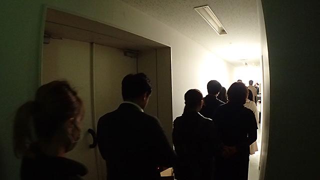 廊下に並ばされる。