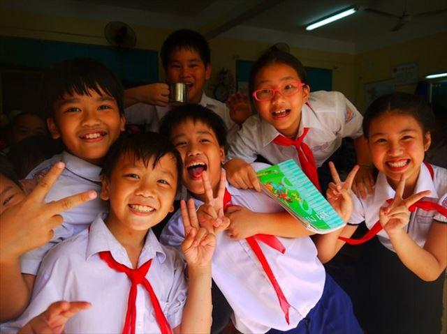 なお、小中学生の間は社会主義の象徴的な色でもある赤いスカーフを首に巻く。小学生は1~5年生まで、中学生は1~4年生までと、期間も日本とはちょっと違う。