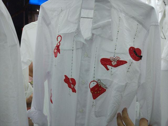 白シャツながらも派手な刺繍が施されているものも。