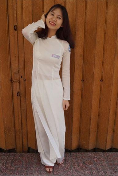 こちらの女性は社会人だけど、学生時代の制服アオザイを着てもらいました。知人を出しておきながら言うのもなんですが、白アオザイって本当に妖精っぽさがありますよね。