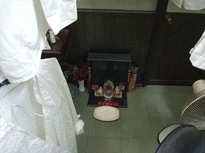 白シャツをかきわけた先には、ご先祖様の祭壇がありました。