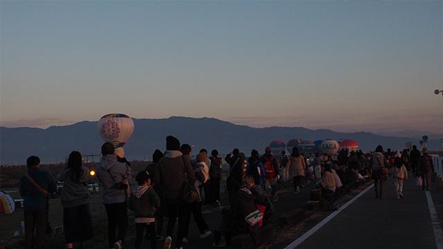 7時ちょっと前。嘉瀬川河川敷にはすでに多くの人でいっぱい。