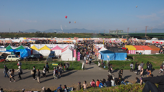 市場とは別に、お祭りのような感じで屋台がたくさん並んでいる。
