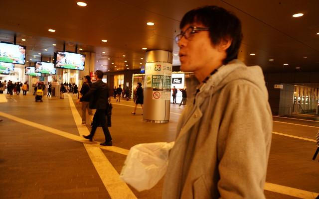 バッタと一緒に駅前を通るのは妙な気分