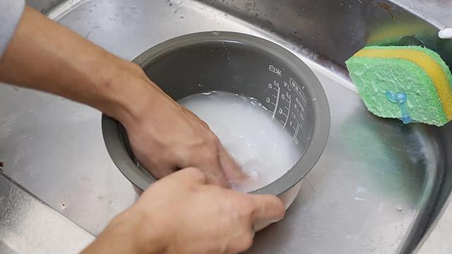 酒米を洗い、