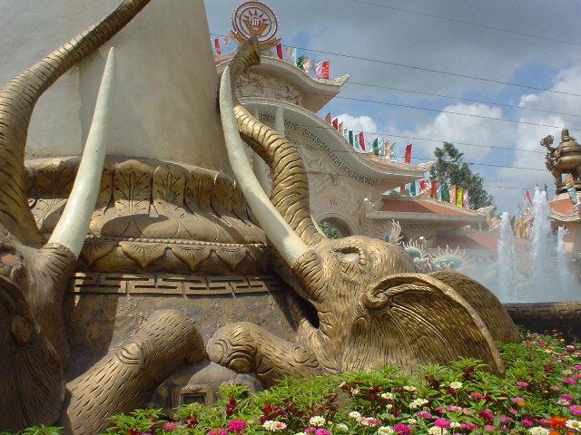 カエルの両脇のキバみたいなやつは白目の象が必死に支えていた