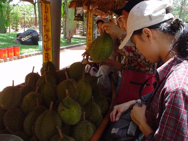 フルーツマーケットには様々な果物が。これはドリアン。やっぱりくさい