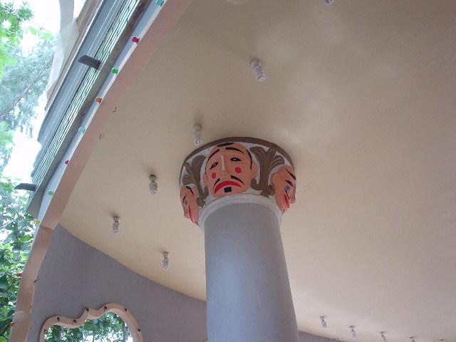 なお、コンサート会場の柱にはぬかりなく細工が