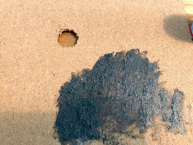 砂のまざった塗料をコルクシートに塗る