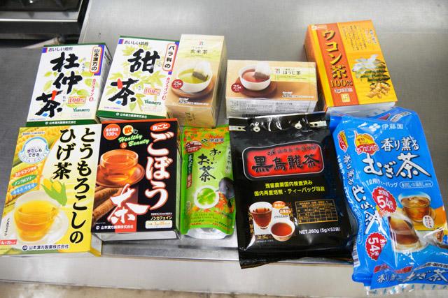 杜仲茶、甜茶、玄米茶、ほうじ茶(一応)、ウコン茶、とうもろこしのひげ茶、ごぼう茶、抹茶入り緑茶、黒烏龍茶、むぎ茶の10種類を集めた