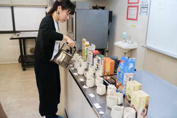 沸騰直前ぐらいまで温めた牛乳を注ぐ