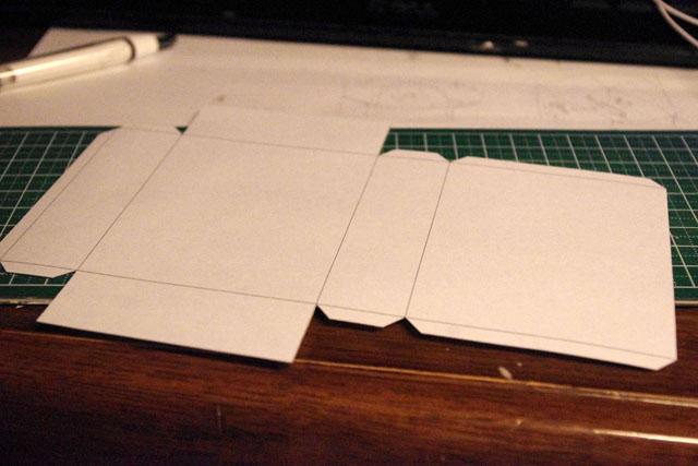 そこで、この様に紙で展開図を印刷して、ピッタリの大きさを探った。