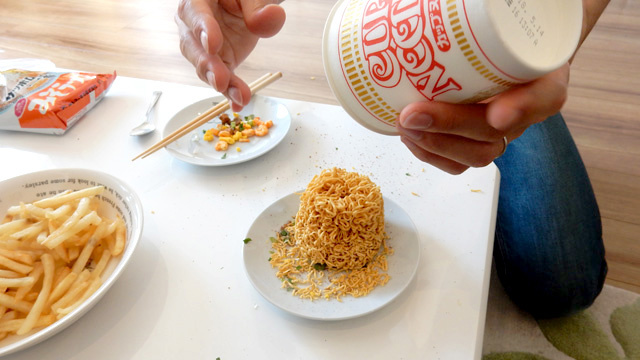麺を取り出す。バン!という音と共に麺が落ちて集めていた粉が吹き飛んだ。