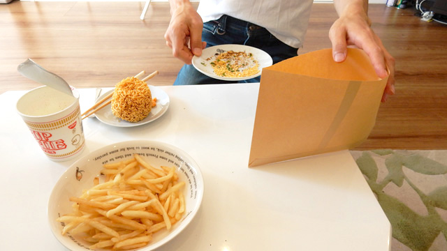紙の袋(茶封筒)にポテトと粉を入れて、