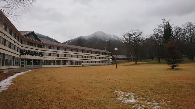 はるか向こうに見える大きな山が「太郎山」
