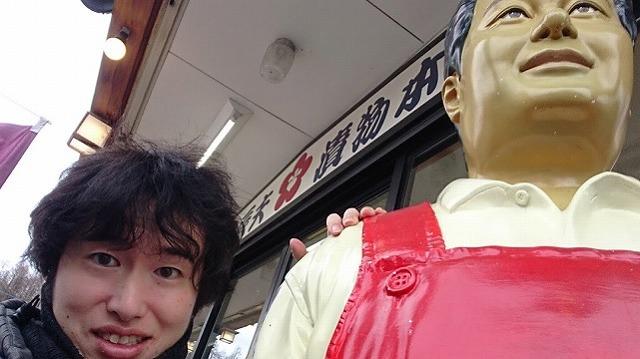 店頭に立つ、辰ちゃん漬け人形の労をねぎらう