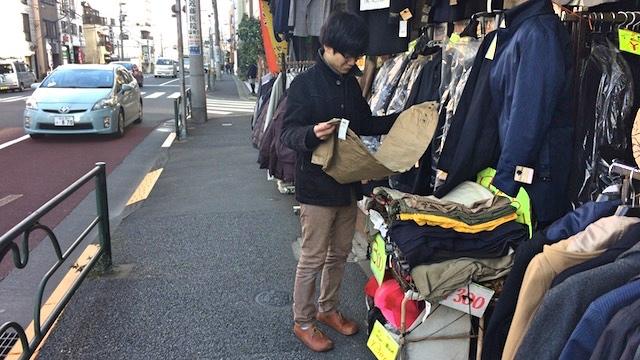 「ここ、ズボンを300円で売ってるんですよ」