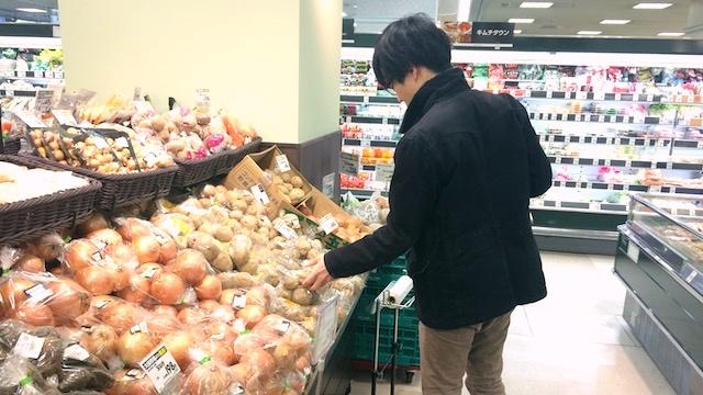 慎重にジャガイモを選ぶ椎名さん