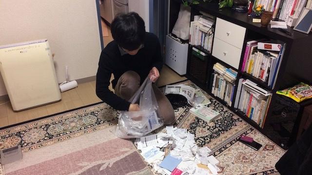ゴミ袋にレシートを詰める椎名さん