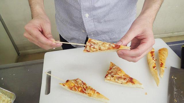 三角に切って串を刺していく。パンは厚みがあるので刺しやすい