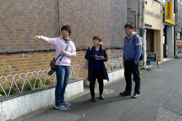 東京の水道橋駅に集合しました。左から知人で編集者の磯部さん、小金井さん、Nさん(仮名)。