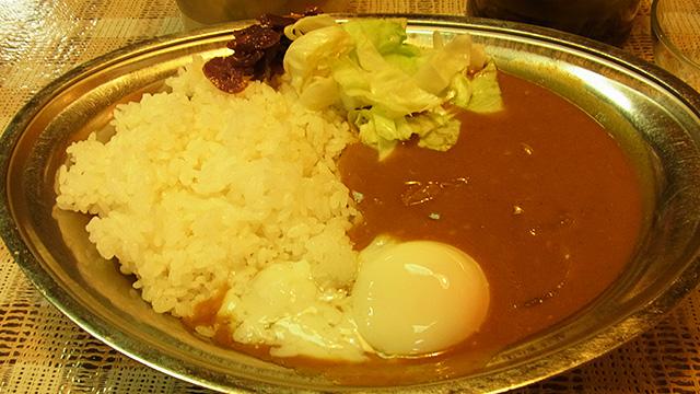 銀のお皿が嬉しい(並)。福神漬けとキャベツサラダを乗せ、さらに半熟卵(100円)を乗せていただきます