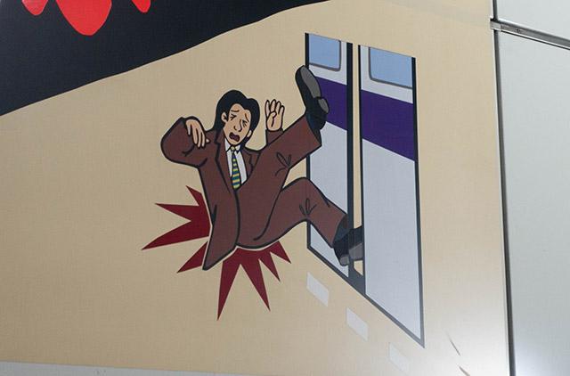 重ね貼りゆえにドアに突っ込んだ足がボコボコしていたりする。