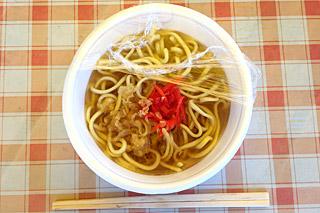 弁当屋の100円そば。味噌汁変わりなのかな。