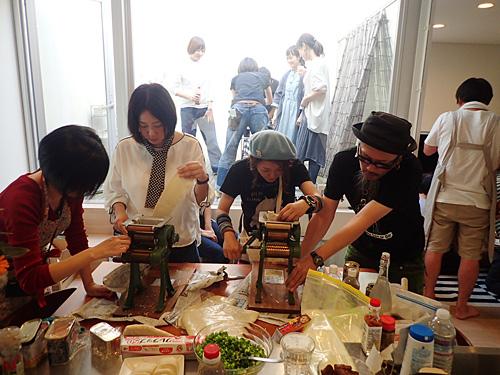 みんなで製麺をする集まりで作ったので、本来の沖縄そば作りの工程に不要な製麺をします。そう、製麺がしたいのです。
