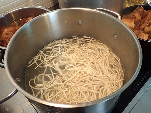 かんすいの量が少ないので、ラーメン用の中華麺ほど黄色くない。