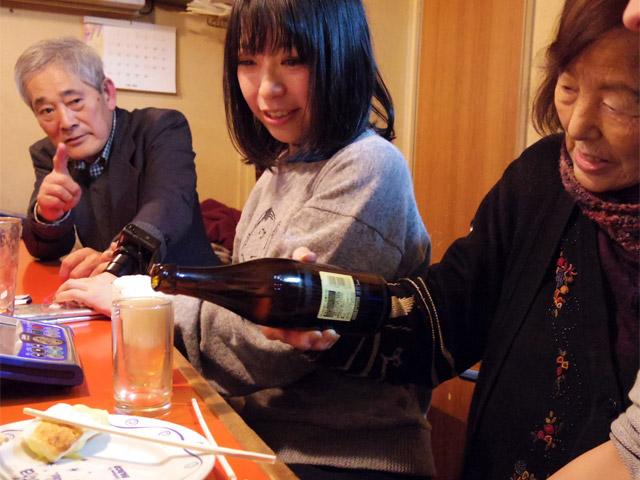 品切れ中だったビールが酒屋から届き「みんなで乾杯しましょう」と夕子ママ