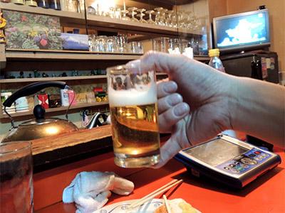 「夕子」の常連さんに教えてもらった「ビールグラスのジョッキ持ち」