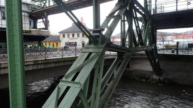 川をまたいで駅を支える鉄骨