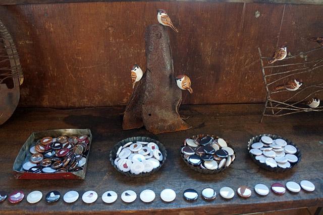 そういえばこのスズメたちには全部磁石が内蔵されているので、金属にピタッととまることができます。缶バッジと一緒に買えば、肩にもしっかり乗せられる!