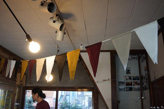 ガーランド(三角の旗飾り)も、スズメ色。の、上にちょこんと1羽発見。