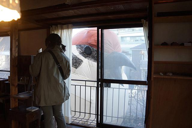 昔見に行った「特撮博物館」でこういう展示あったような。怪獣だ。民家の窓から、怪獣だ。