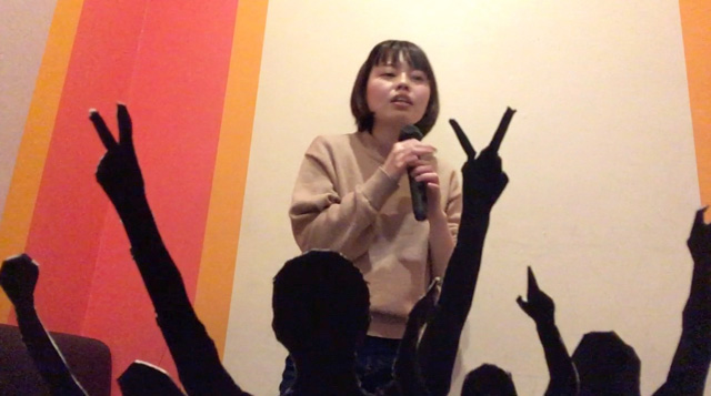 内カメラで撮影するので、自分が応援されてる様子を見ながら歌えます。うわ!本当に観客がいるように見える!