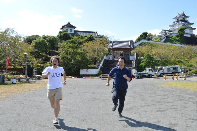 どんどんのから揚げ弁当がうま過ぎてはしゃぐ林さんと西村さん(背景右端に掛川城)