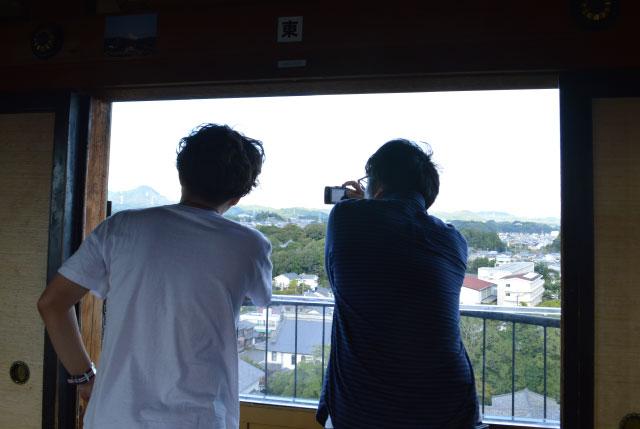 半袖なのは2人が元気っ子だからではなく、夏に撮影した写真だからだ