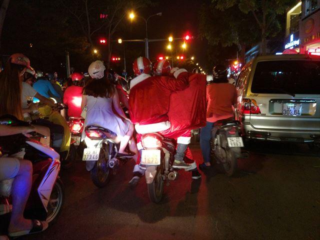 ちなみに、ベトナムのサンタはバイクにもまたがるようです。
