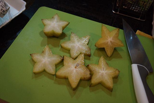 見よ!このスターフルーツの圧倒的スター感。品種改良なしでこの形でやってきたそうです。星型の概念は意外とこの果物が由来なのではないか。被るか?たまたま!